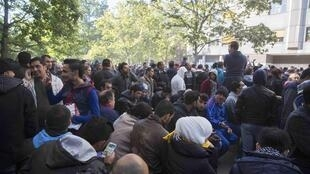 Hundreds of migrants wait for to register at Berlin's central registration center for refugees and asylum seekers LaGeSo (Landesamt fuer Gesundheit und Soziales) State Office for Health and Social Affairs in Berlin, Germany October 1, 2015.