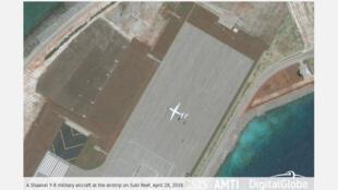 Ảnh vệ tinh ngày 28/04/2018: Máy bay vận tải quân sự Thiểm Tây Y-8 (Shaanxi Y-8) của Trung Quốc trên Đá Xu Bi, Trường Sa (Ảnh chụp màn hình website AMTI)