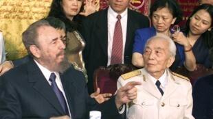 Chủ tịch Cuba Fidel Castro đến thăm Đại tướng Võ Nguyên Giáp tại nhà riêng của ông ở Hà Nội ngày 22/02/2003.