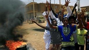 معترضان سودان امروز چهارشنبه ١۵ خرداد/ ۵ ژوئن ٢٠۱٩ نیز در خیابانهای خارطوم راهپیمایی کردند و خواستار انتقال قدرت به غیرنظامیان شدند.
