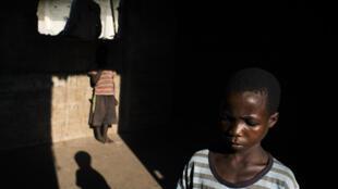 Michel, 11 ans, ne peut pas aller en classe alors il joue dans les locaux vide de l'école primaire La Gloire, à Kalemie, dans la province du Tanganyika, où des centaines de Congolais ont trouvé refuge.