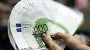 Một nhân viên Ngân hàng Đài Loan đếm tiền euro.