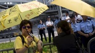 """Hồng Kông : biểu tình trước trụ sở chính quyền kỷ niệm một năm phong trào Chiếm đóng Trung Hoàn hay """"Cách mạng Dù vàng"""". Ảnh 28/09/2015."""