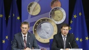 O primeiro-ministro letão, Valdis Dombrovskis, e o ministro das Finanças, Andris Vilks, durante anúncio da entrada da Letônia na zona euro, em Bruxelas nesta terça-feira, 9 de julho.