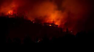 Chamas consomem a paisagem no incêndio de Camp Fire, na Califórnia, em 10 de novembro de 2018.