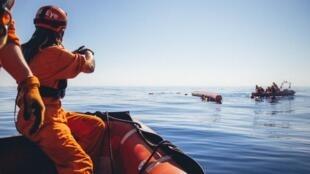 Des sauveteurs de l'ONG Sea-Eye viennent au secours de migrants en détresse sur la mer méditerranée le 6 avril 2020.