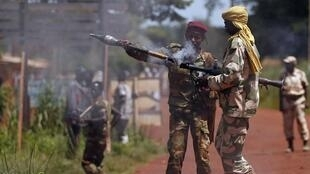 Un soldat de l'ex-Seleka prépare un tir de roquette vers des soldats français. Bambari, 24 mai 2014.