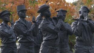 A escultura de seis soldados em bronze, carregando um caixão invisível, foi erguida no coração do Parque André-Citroën, em Paris. Em 11 de novembro de 2019.