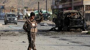 Forças de segurança afegãs vigiam o local de uma explosão suicida em Cabul, Afeganistão, 13 de Novembro de 2019.