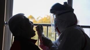 Lấy mẫu xét nghiệm tìm virus corona trong vùng Vũ Hán, Trung Quốc. Ảnh chụp ngày 04/02/2020.