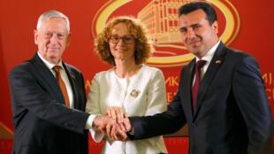 Thủ tướng Macedonia Zoran Zaev (P), bộ trưởng Quốc Phòng Macedonia Radmila Sekerinska (G) và đồng nhiệm Hoa Kỳ James Mattis, trong cuộc họp báo tại Skopje, ngày 17/09/2018