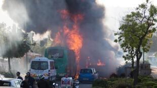 Bomba explode dentro de ônibus no início da tarde de hoje, em Israel.