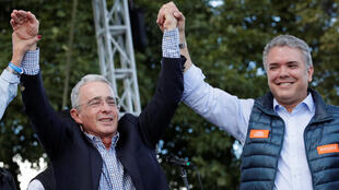 En su último mítin de campaña, el candidato ultra derechista Iván Duque aparece junto al expresidente Álvaro Uribe Vélez.