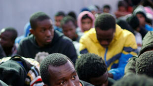 Migrantes resgatados no início de novembro de um naufrágio retornam à costa da Líbia.