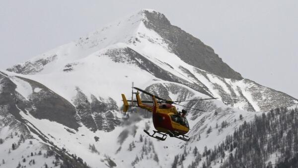 Helicóptero sobrevoa região onde o Airbus A-320 caiu na manhã desta terça-feira (24) nos Alpes franceses.