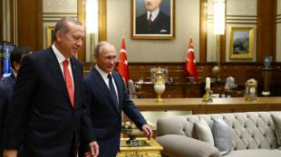 Recep Tayyip Erdogan et Vladimir Poutine, ici le 28 septembre 2017 à Ankara, doivent inaugurer ce mardi le chantier de la première centrale nucléaire turque.