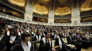 Cérémonie de remise de diplômes des étudiants en doctorat à La Sorbonne.