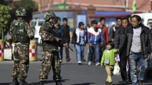 Công an vũ trang giám sát trên các đường phố gần nhà ga Côn Minh, Vân Nam sau vụ thảm sát. Ảnh chụp ngày 02/03/2014.