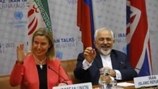 Le représentante de la diplomatie européenne, Federica Mogherini, et son homologue iranien Mohammad Javad Zarif, lors de la réunion plénière à Vienne, ce 14 juillet 2015.