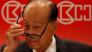 Tỉ phú Hồng Kông Lý Gia Thành (Li Ka-shing) kêu gọi người dân Hồng Kông yêu đất nước Trung Hoa.