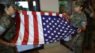 Lính Mỹ gấp cờ sau lễ bế mạc cuộc tập trận đổ bộ chung với Philippines tại một doanh trại quân đội ở Manila, ngày 11/10/2016.