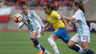 Las selecciones de futbol femenino de Brasil y Argentina enfrentandose en la Copa America Chile 2018.
