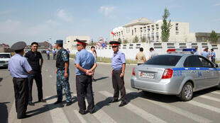 Сотрудники правоохранительных органов у посольства Китая в Бишкеке, 30 августа 2016.
