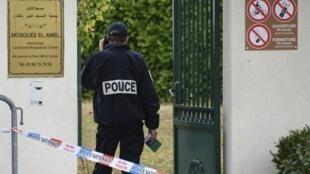 Protection policière devant une mosquée à Colmar, le 22 septembre 2019. Un sondage Ifop pour la Dilcrah et la Fondation Jean-Jaurès dit que 42% des musulmans vivant en France ont fait l'objet d'au moins une forme de discrimination.