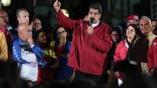លោក Nicolas Maduro ជាអតីតអ្នកបើកឡានក្រុង ប្តេជ្ញាកាច់ចង្កូចវ៉េណេស៊ុយអេឡាបន្តទៀត បើទោះបីជាមានការតវ៉ាទារឲ្យចុះពីតំណែង