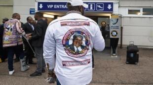 Devant l'aéroport de Melsbroek après l'annulation du vol pour le rapatriement des restes de l'ex-chef de l'opposition congolaise Étienne Tshisekedi, mercredi 29 mai.