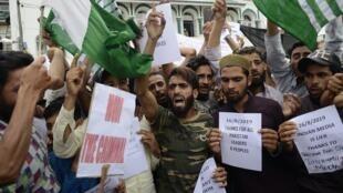 Des centaines de jeunes manifestants ont protesté dans les rues de Srinagar ce vendredi 16 août contre la décision du gouvernement indien d'avoir abrogé le statut d'autonomie de cette région.