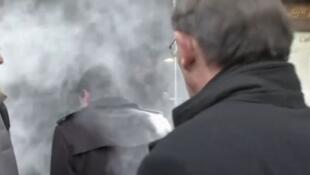 Manuel Valls: pré-candidato coberto de farinha em Estrasburgo.