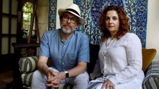 L'écrivaine israélo-américaine Ayelet Waldman (d) et son époux américain l'écrivain Michael Chabon à Jérusalem, le 18 juin 2017.