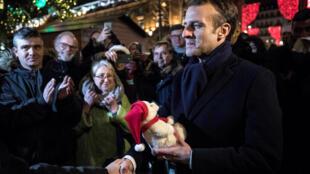 Shugaban Faransa Emmanuel Macron yayin ziyarar da ya kaiwa kasuwar bikin Kirsimeti ta Strasbourg.