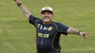 Cầu thủ bóng đá nổi tiếng người Achentina, Diego Maradona vẫy chào người hâm mộ trong buổi tập đầu tiên với tư cách huấn luyện viên đội Sinaloa, Mêhicô, ngày 10/09/2018.