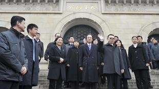 Taiwan's Mainland Affairs Minister Wang Yu-chi (front R) waves as he leaves after visiting the Sun Yat-sen mausoleum in Nanjing, 12 February, 2014