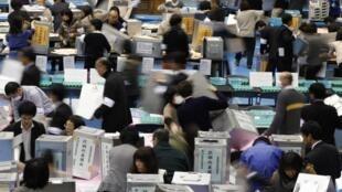 Kiểm phiếu tại một trung tâm bầu cử ở Tokyo ngày 16/12/2012.