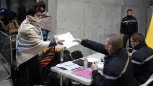 Полиция регистрирует кандидатов на отъезд из Кале, 25 октября 2015