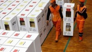 Những thùng phiếu được đưa đến các phòng phiếu ở Jakarta, Indonesia, ngày 15/04/2019.