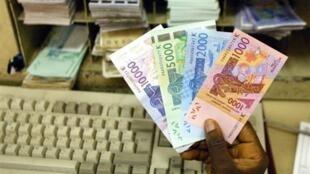 Des billets de francs CFA.