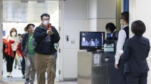 Kiểm tra thân nhiệt tại sân bay quốc tế Đào Viên (Toayuna), Đài Loan đối với hành khách từ Vũ Hán, Trung Quốc tới. Ảnh chụp ngày 13/01/2020