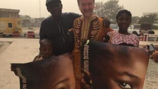 L'équipe du film Adu, tourné en grande partie au Bénin. Moustapha 7 ans, originaire du nord du pays, incarne le petit héros du long-métrage espagnol.