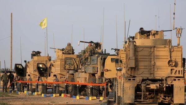 Des soldats américains ont stationné leurs camions militaires sur le site pétrolier d'al-Omar dans la province de Deir Ezzor, en Syrie le 23 mars 2019.