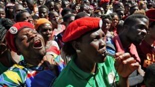 Wafuasi wa upinzani wakisherehekea uamuzi wa Mahakama ya Katiba wa kubatilisha matokeo ya uchaguzi nchini Malawi ambapo Peter Mutharika aliibuka mshindi, Februari 4, 2020.