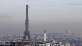 The Eiffel Tower surrounded by a small-particle haze