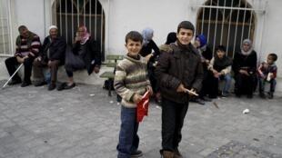 Des réfugiés syriens photographiés dans une rue du quartier de Basmane, à Izmir, le 8 mars 2016.