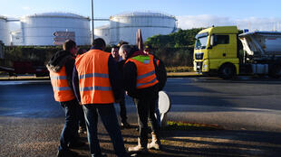 Quelques professionnels de la construction près du dépôt de pétrole de Brest, vendredi 29 novembre 2019.