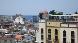 La Havane, avril 2019: de la terrasse de l'hôtel Gran Hotel Manzana Kempinski vue sur la terrasse d'un autre hôtel de grand standing, l'Iberostar Parque central, tous deux 5 étoiles.