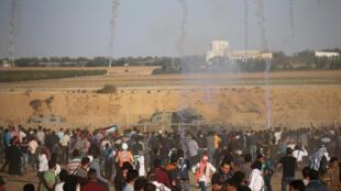 Les soldats israéliens tirent des gaz lacrymogènes sur des Palestiniens à la frontière dans le sud de la bande de Gaza lors de «La Marche du retour», le 2 novembre 2018.