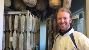 Matt Hill, de Cobble Lane Cured, confectionne de la charcuterie britannique dans son atelier d'Islington, au nord de Londres. Des recettes européennes classiques made in UK.